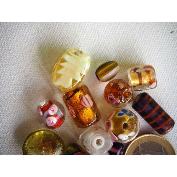 Bel ensemble de 15 perles en verre différentes, tons jaune/orangé