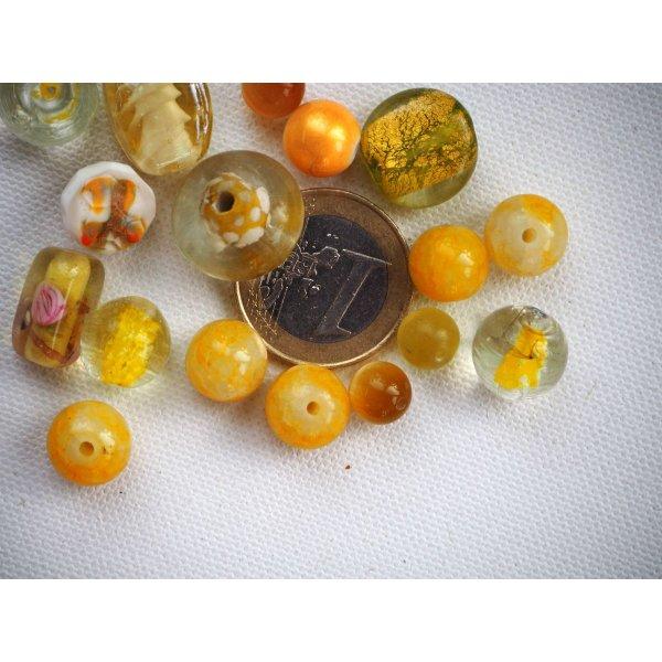 Bel ensemble de 16 perles en verre différentes, tons jaune