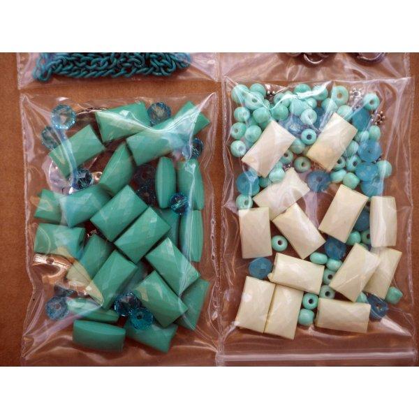 Bel ensemble de perles pour fabriquer un collier ou autre, tons écru/turquoise