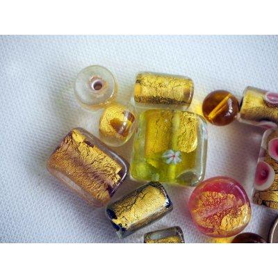 Bel ensemble de 12 perles en verre différentes, tons jaune