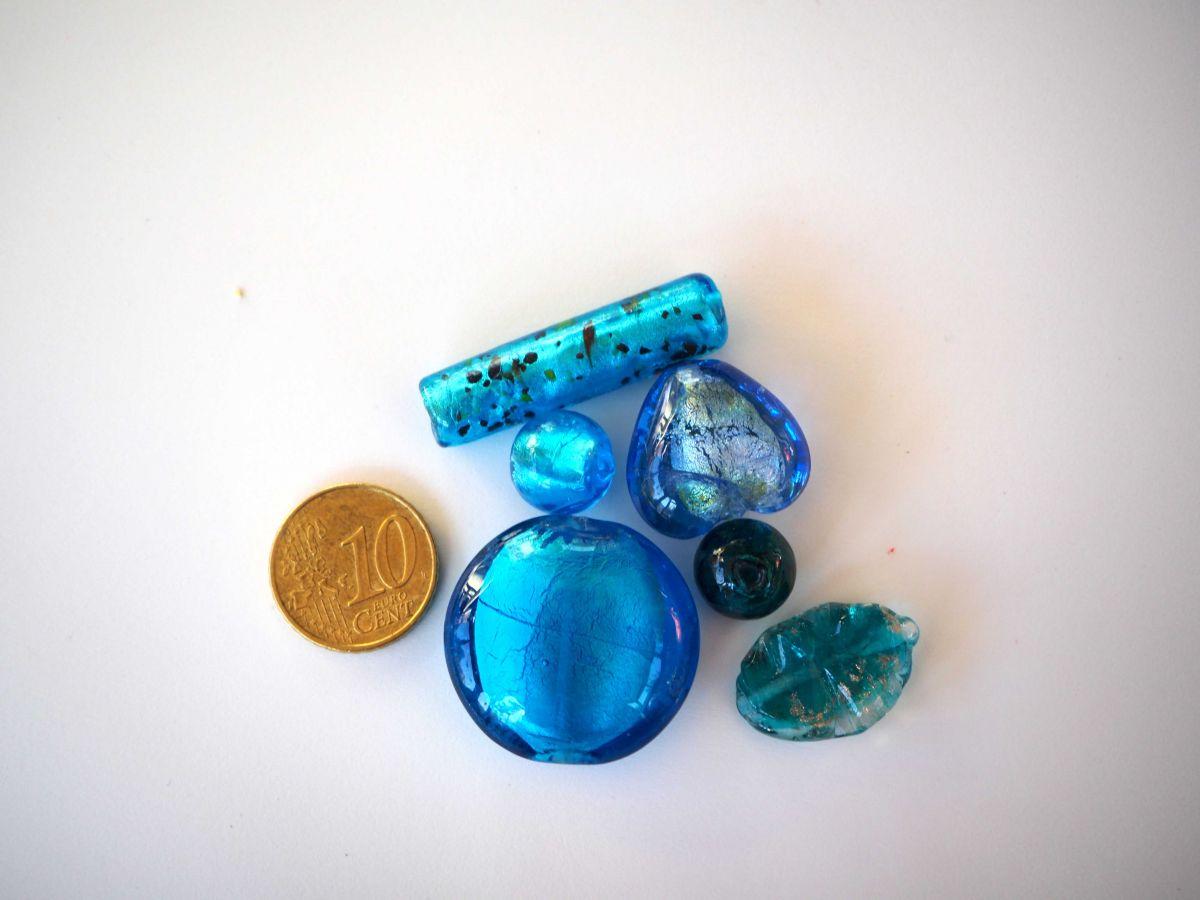 Bel ensemble de 6 perles en verre différentes, tons bleu foncé et or