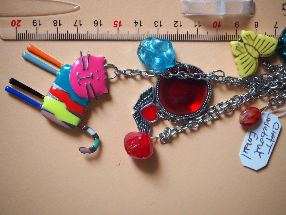 Bijou de sac, 20cm,  chat debout émaillé multicolore, perles verre, breloque argentées