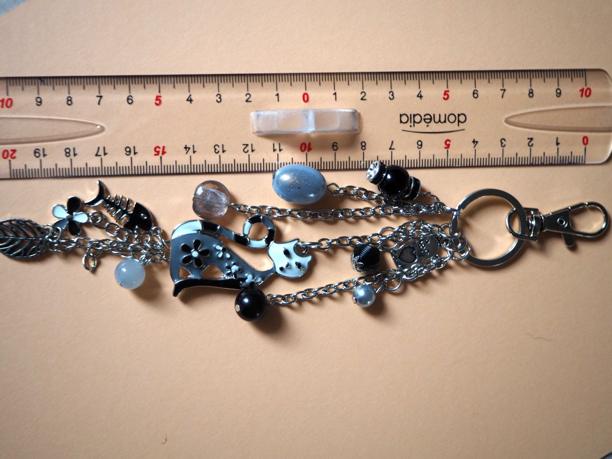 Bijou de sac, 20cm,chat émaillé  noir et blanc, perles verre, breloques argentées