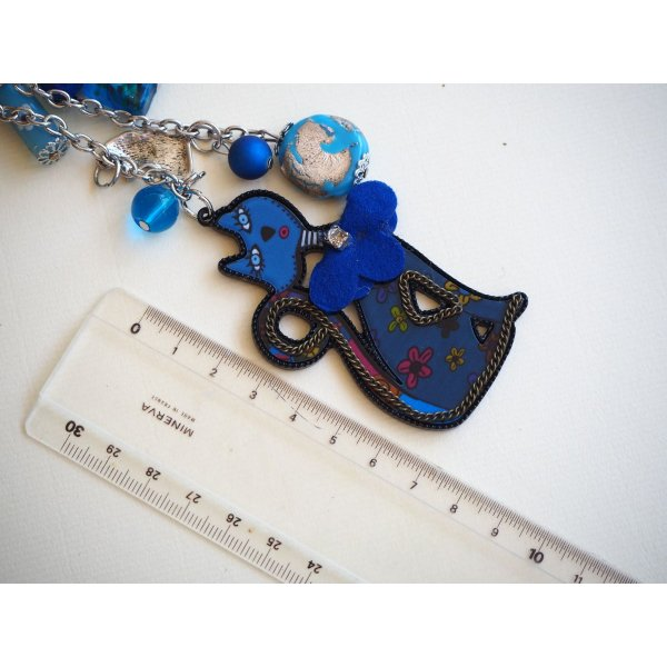 Bijou de sac avecgrand chat bleu résine 3 couleurs avec breloques assorties