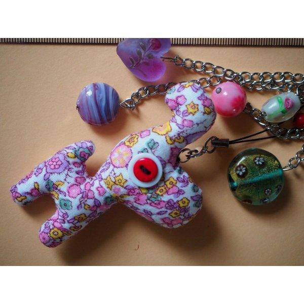 Bijou de sac avec cheval en tissu fleuri rose avec  perles de verre ton vert