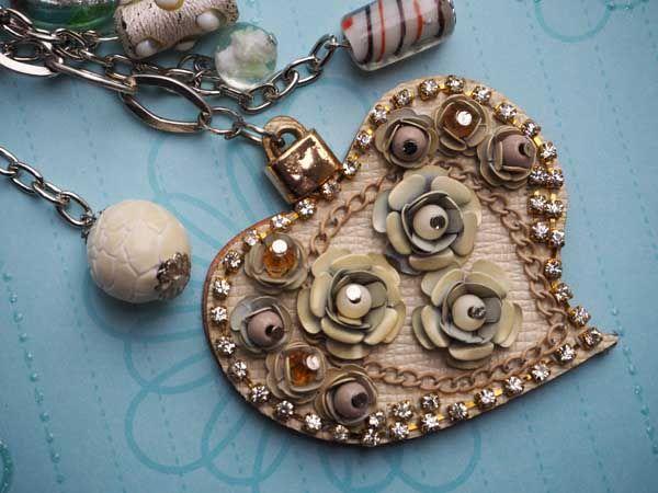 Bijou de sac gros coeur beige en simili cuir 7x6cm avec strass, perles de verre ton blancet argenté,