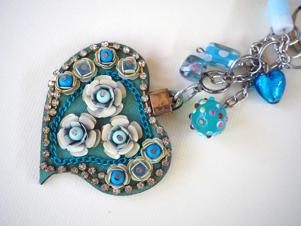 Bijou de sac  gros coeur bleu  en simili cuir 7x6cm avec strass, perles de verre  en tons bleus, Fête