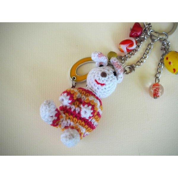 Bijou de sac avec lapin crochet blanc rouge et jaune avec  perles de verre ton vert
