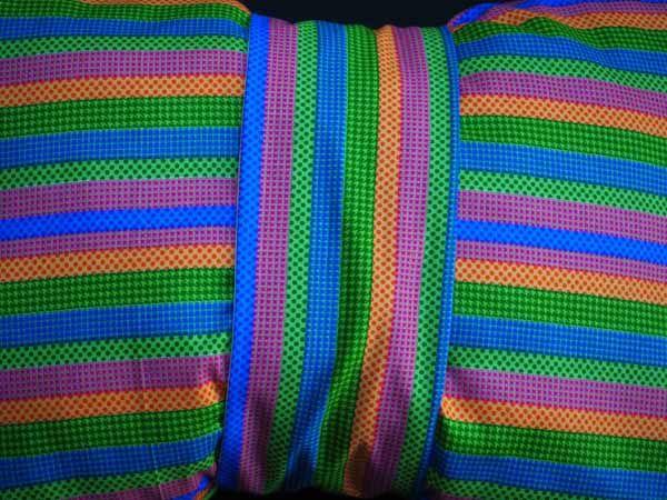 Gros bonbon coussin, tissu motif rayé vert/bleu/jaune/rose , bande amovible , 50x40cm