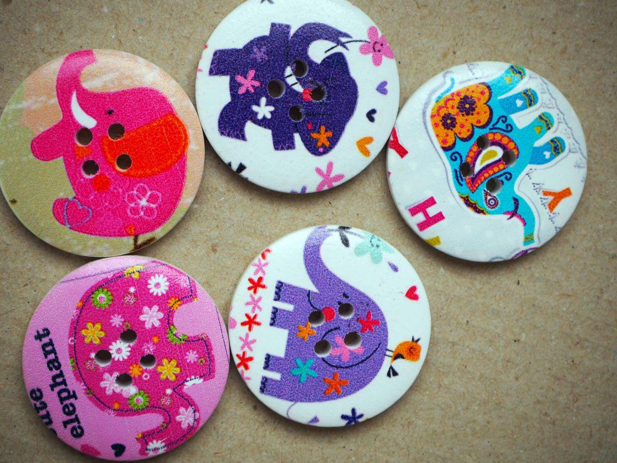 5 Gros boutons bois éléphants différents, ton violet/rose