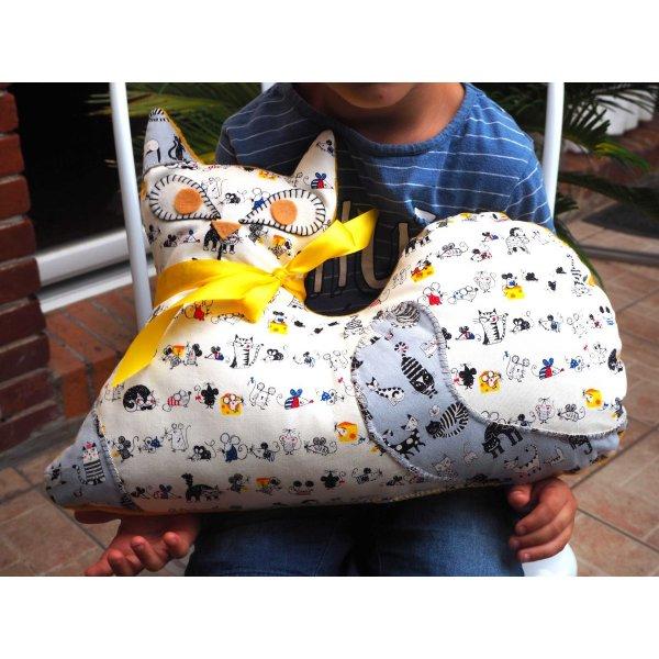 Gros CHAT couché 46x34cm, fond blanc pois gris avec portraits de chats