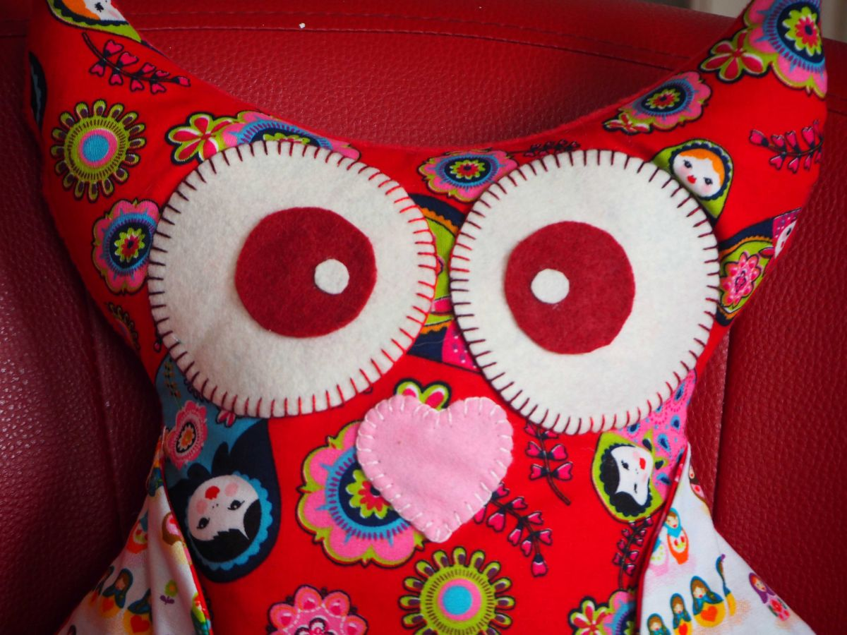 Chouette/hibou debout 41x35cm, tons rouges avec poupées russes porte télécommandes, téléphone, sucette enfantcadeau fête