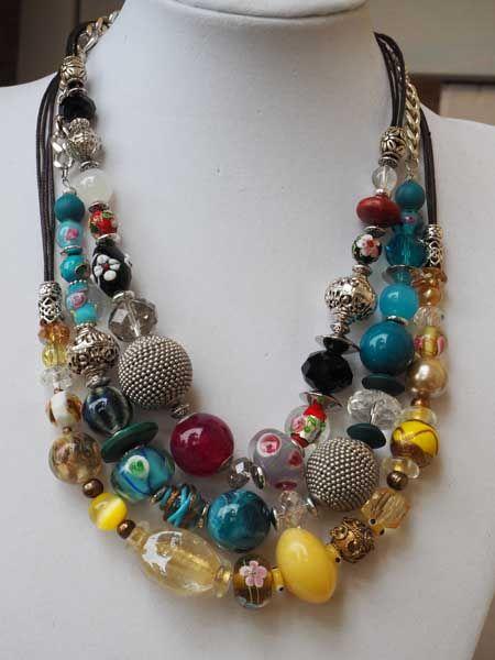 COLLIER perles de matières différentes, tons bleu turquoise, argenté, fermoir mousqueton, chaine d'allonge