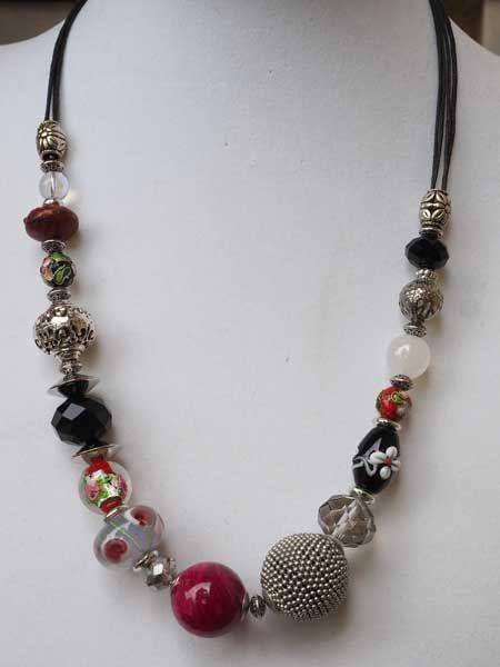 COLLIER perles de matières différentes, tons rouge, noir, argenté, fermoir mousqueton, chaine d'allonge