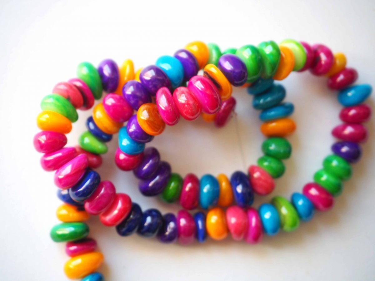 Cordon de 90 perles nacre irrégulières colorées, perles de coquillage, 38cm