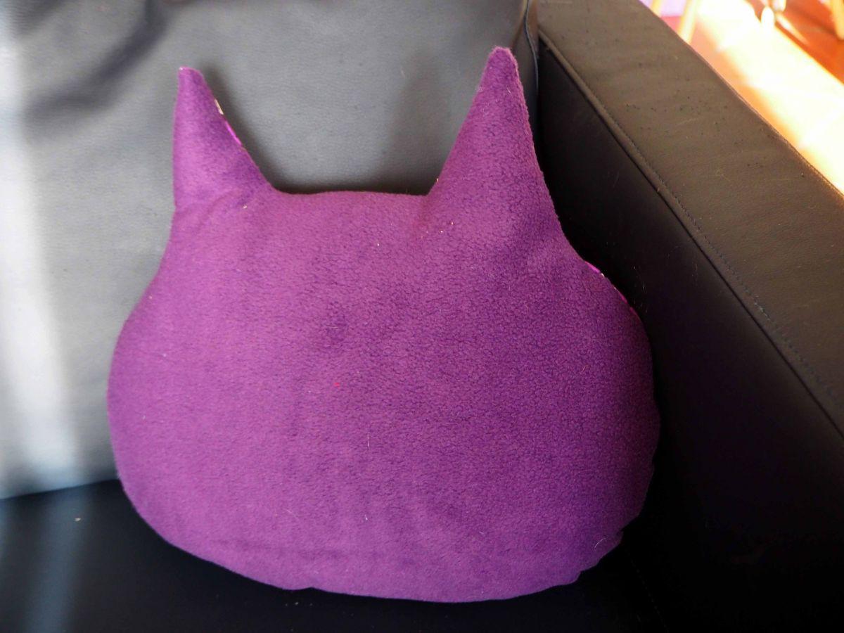 Coussin  chouette-hibou 38x36cm, tissu violet, motifs violet blanc vert