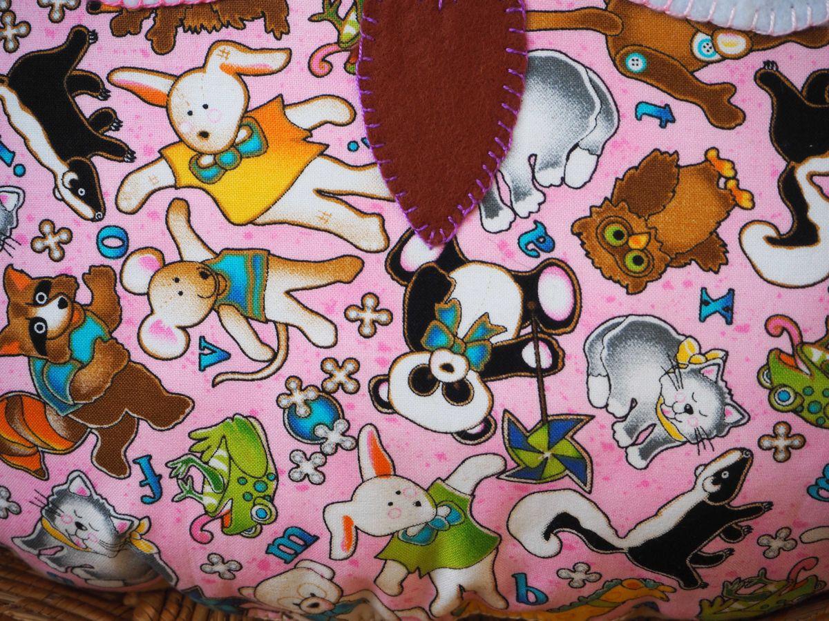Coussin chouette/hibou, 38x32cm, tissu coton rose avec nombreux animaux, brodé main