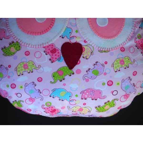 Coussin chouette/hibou, 36x30cm, tissu rose avec petits éléphants rigolos, brodé main