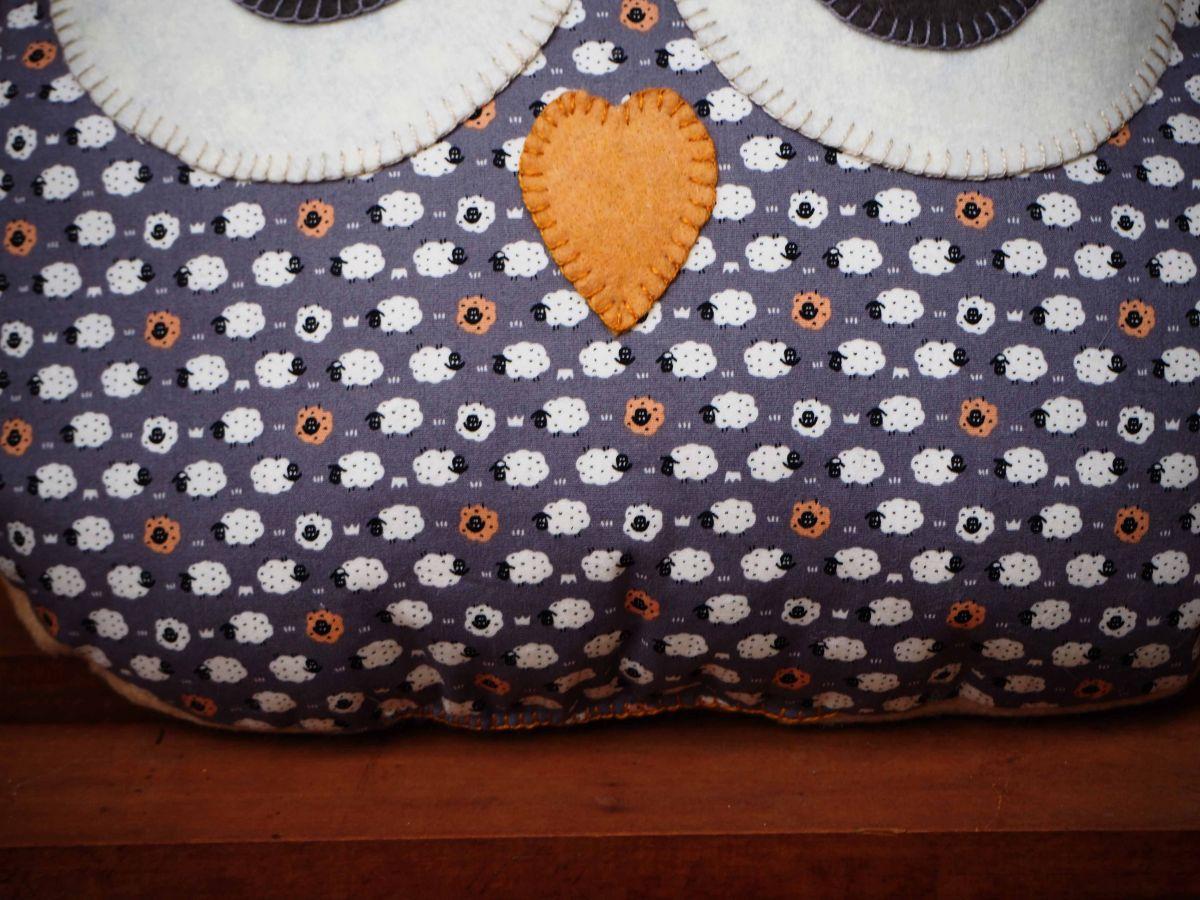 Coussin chouette/hibou, 36x31cm, tissu  gris avec petits moutons, très beau cadeau