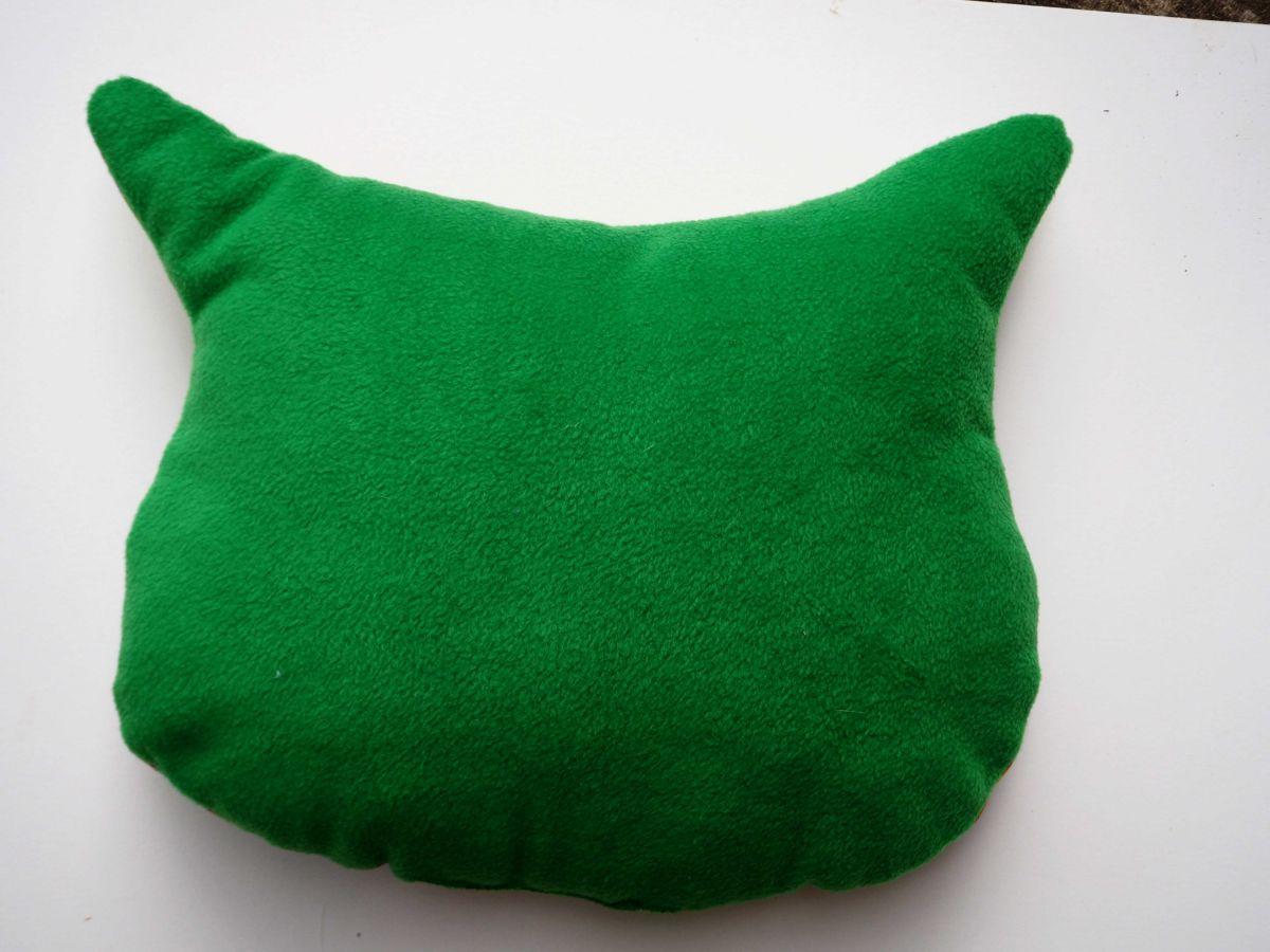 Coussin chouette/hibou, 37x31cm, tissu tons verts avec gros dinosaures brodé main
