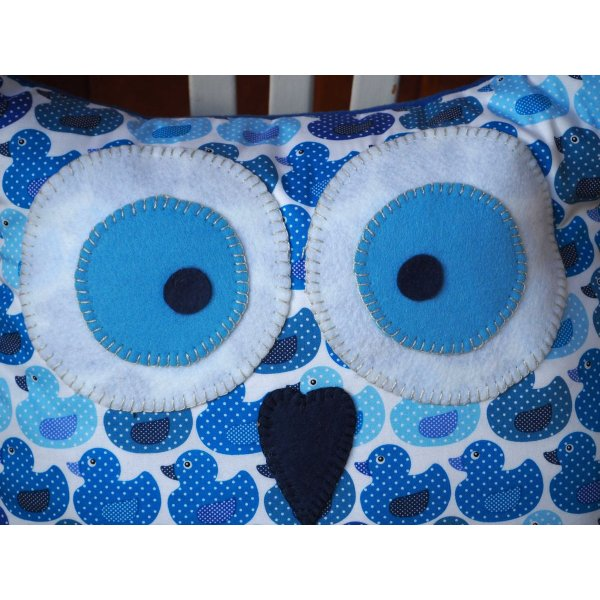 Coussin chouette/hibou, 38x31cm, tissu blanc avec petits canards bleus, brodé main