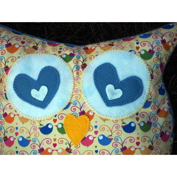 Coussin chouette/hibou, 38x32cm, tissu  jaune clair avec des oiseaux amoureux, brodé main Saint-Valentin