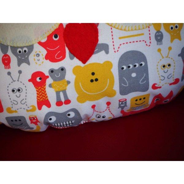 Coussin chouette/hibou, 38x32cm, tissu blanc avec petits monstres rouges, jaunes, cadeau enfant