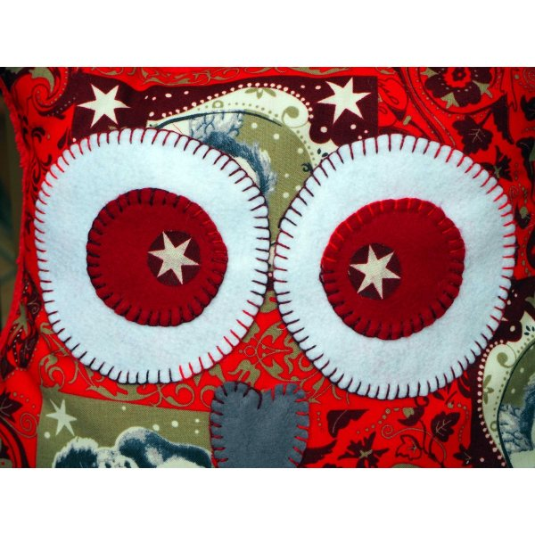 Coussin chouette/hibou NOËL, 38x32cm, tissu  rouge avec des flocons blancs