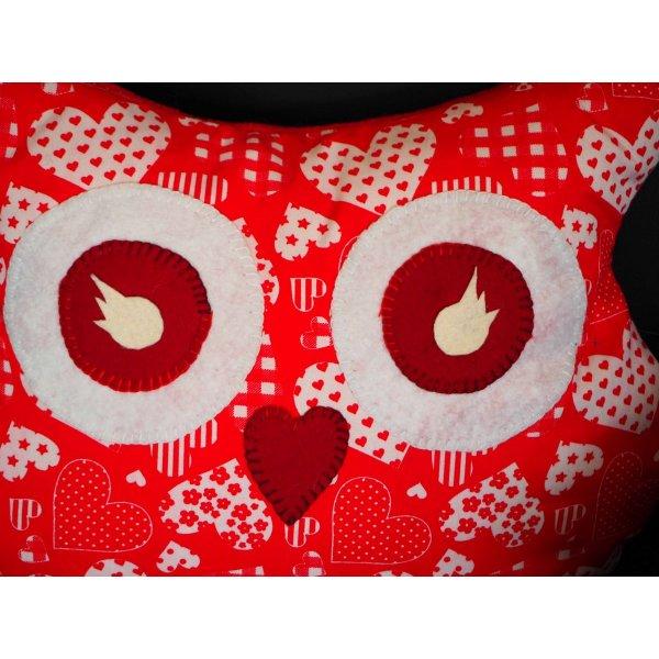 Coussin chouette/hibou, 38x32cm, tissu  rouge avec des coeurs blancs, brodé main,  Saint-Valentin