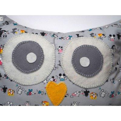 Coussin chouette/hibou, 38x32cm, tissu gris clair avec chats et petites souris, brodé main