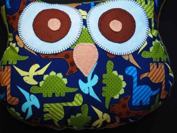 Coussin chouette/hibou, 38x32cm, tissu coton fond bleu marine avec dinosaures stylisés