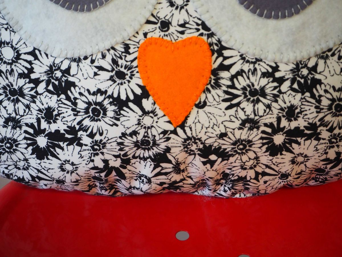 Coussin chouette/hibou, 38x32cm, tissu blanc avec dessins fleurs noires, brodé main