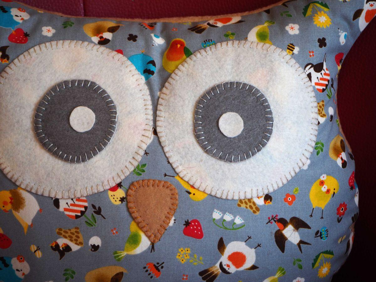 Coussin chouette/hibou, 38x32cm, tissu gris avec petits oiseaux, printemps