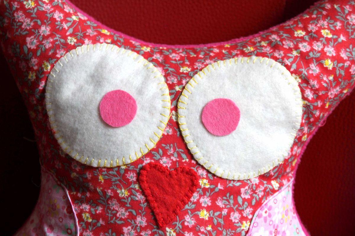Coussin  Chouette/hibou debout avec ailes et aigrettes, tissu fleuri ton rose clair et foncé