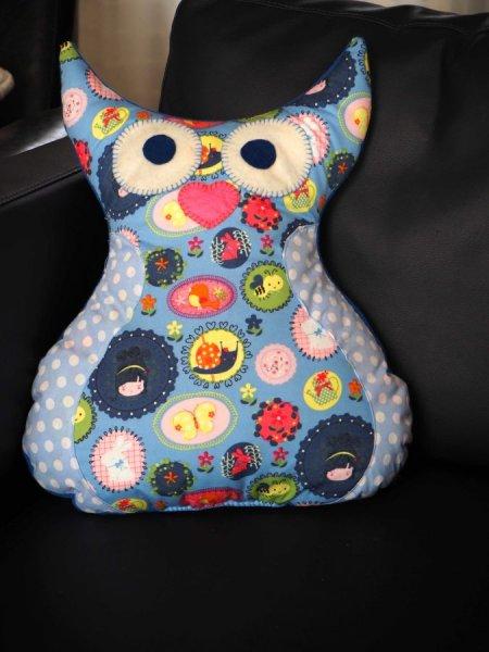 Coussin  Chouette/hibou debout avec ailes et aigrettes, fond bleu avec fillettes et animaux