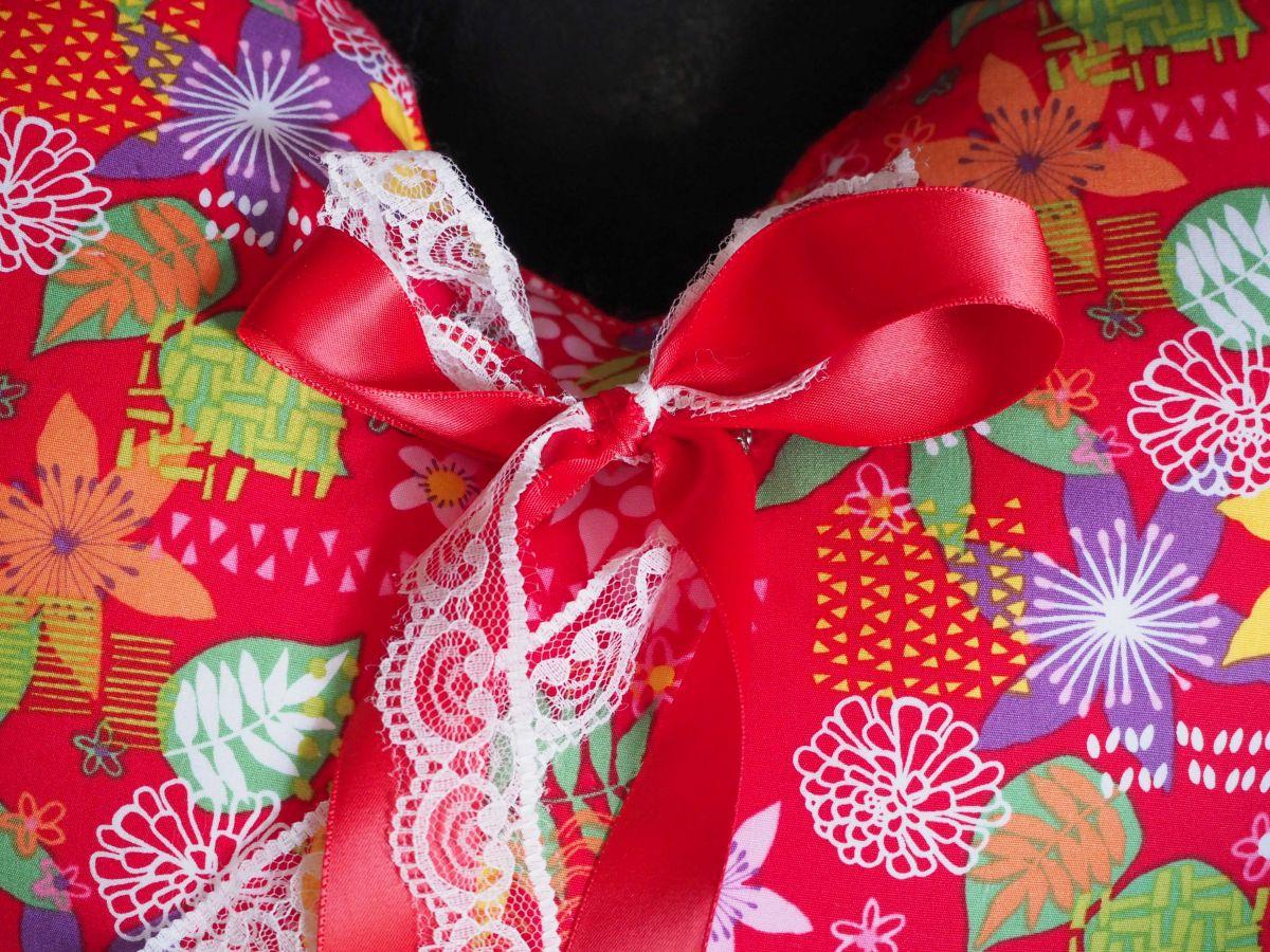 Coussin  gros COEUR 48x38cm/48x32cm tissu rouge avec fleurs ,  noeud amovible, Fête des mères