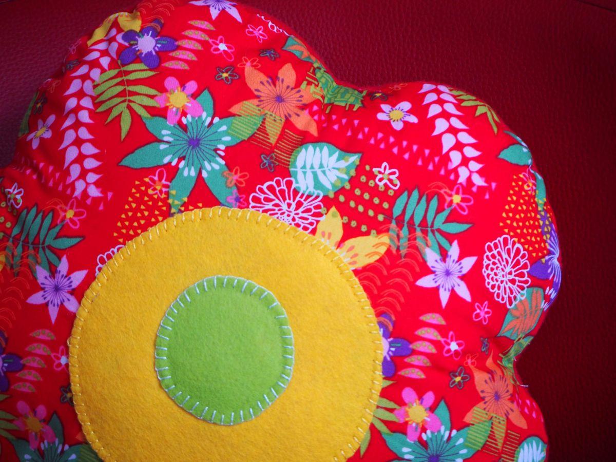 COUSSIN FLEUR  , 5 pétales arrondis, 38cm , rouge avec fleurs style rétro, idéal Fête des mères