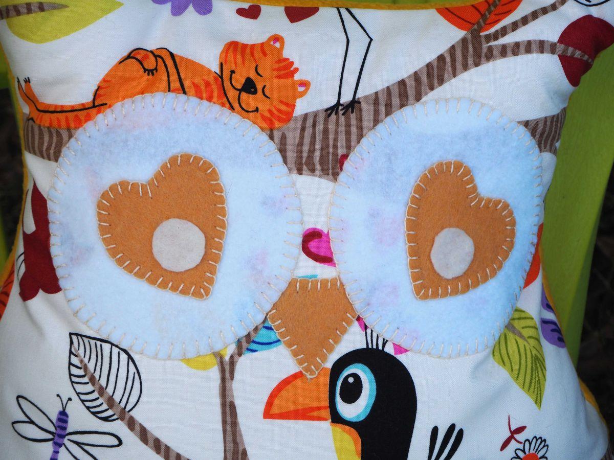 Coussin Grande Chouette/hibou, 46x40cm, fond blanc avec oiseaux rigolos, brodé main