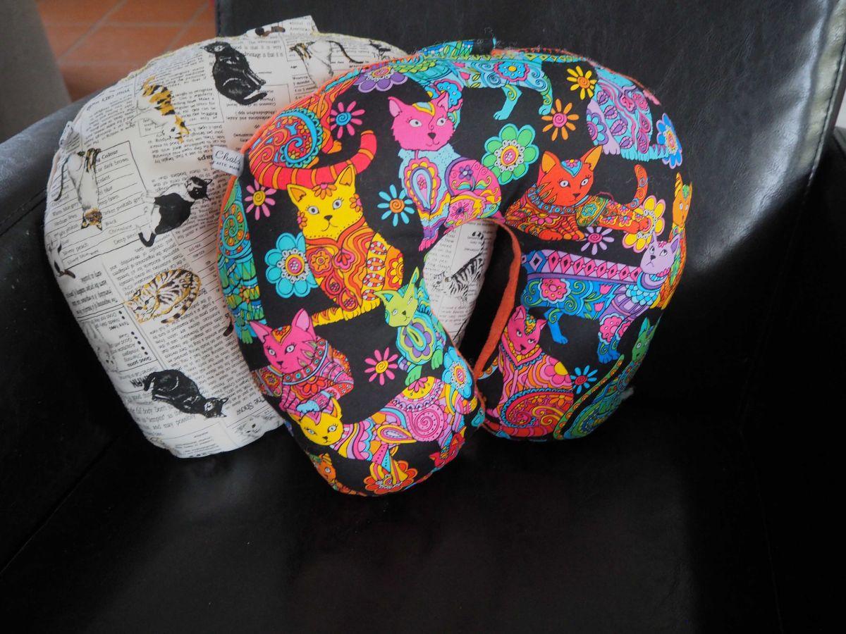 Coussin de nuque, de repos, tour de cou, Noir/chats multicolores