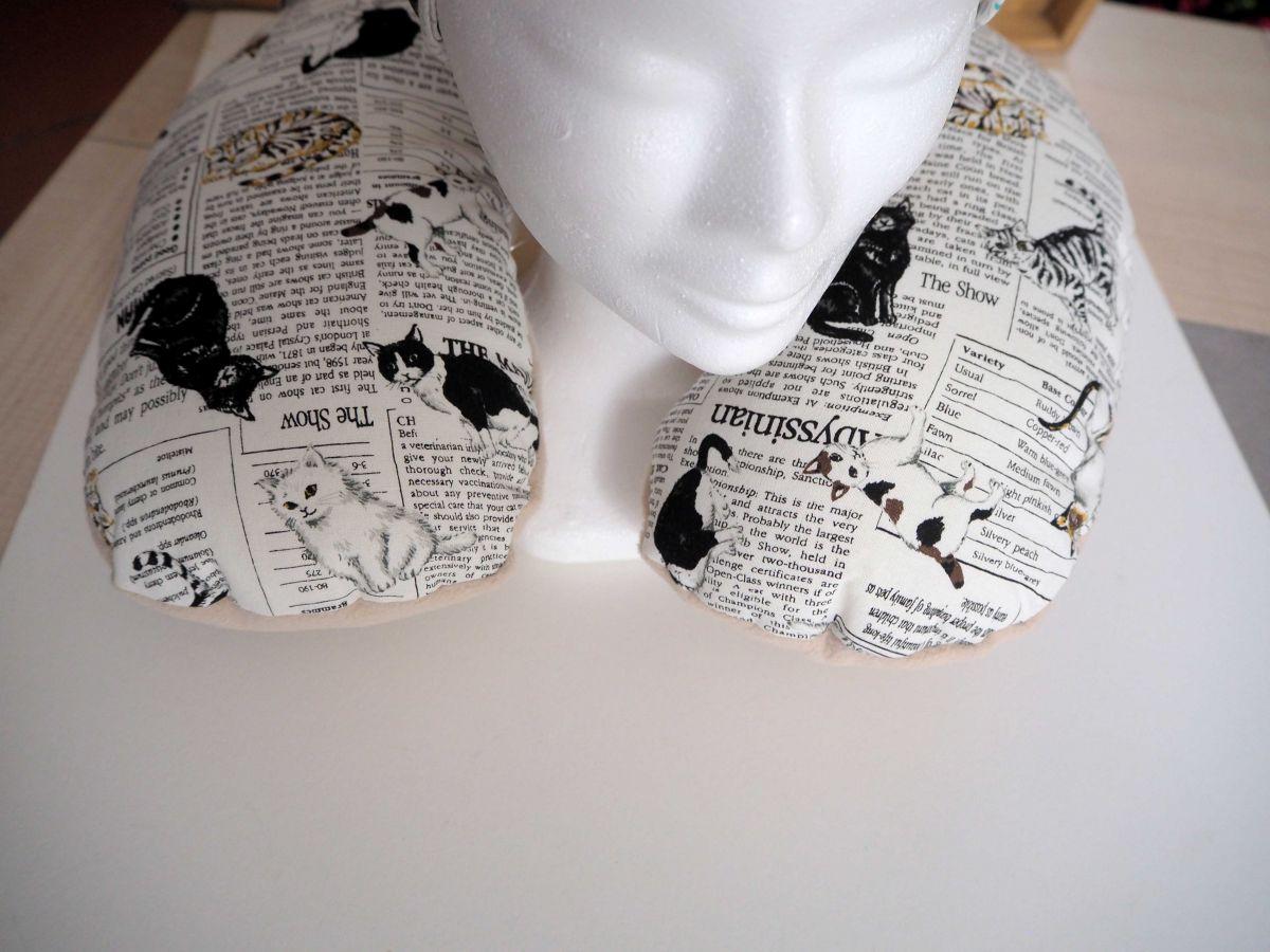 Coussin de nuque, de repos, tour de cou, blanc/art journal/chats noirs