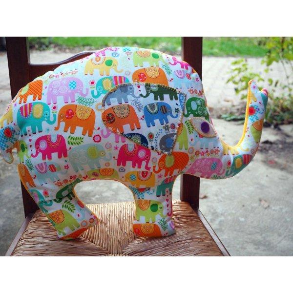 Eléphant,  tissu écru avec dessins éléphants clairs, 50x38x10cm, tout doux