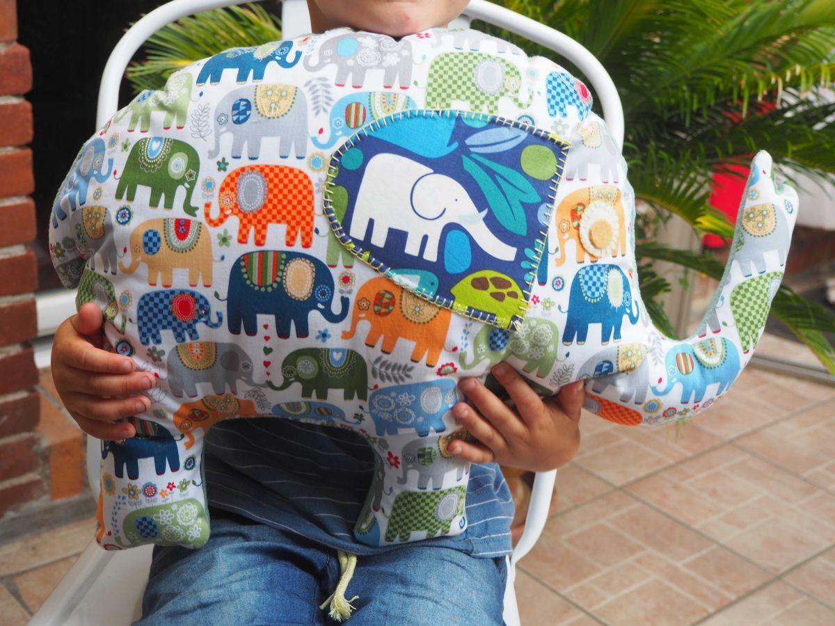Eléphant,  tissu écru avec éléphants tonalité bleue, 50x38x10cm, tout doux