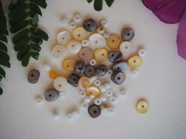 Ensemble 55 perles: chips  de  NACRE, 5 à 8mm, blanc, gris, jaune et perles verre 4mm