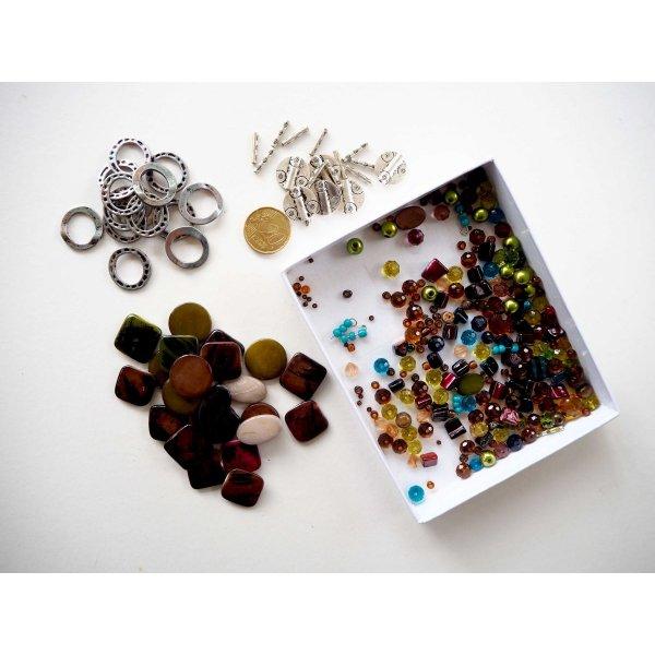 Ensemble de perles en nacre, verre, métal, tons marron