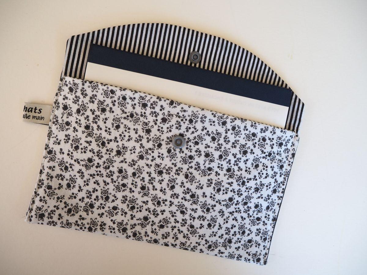 Grande pochette avec poche int , coton blanc fleurs noires 21x13cm, doublé rayé