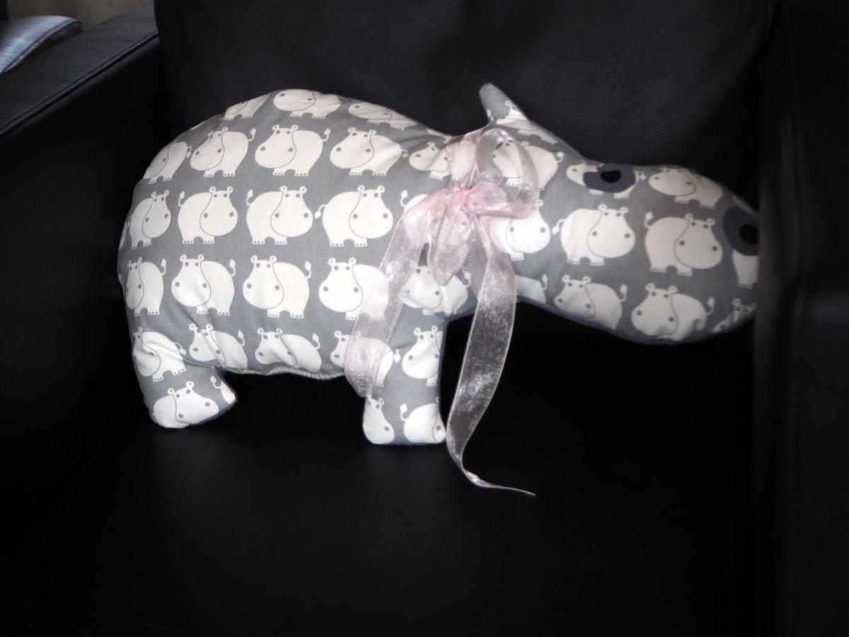 Hippopotame, 55x28cm, tout doux, tissu blanc avec hippo gris