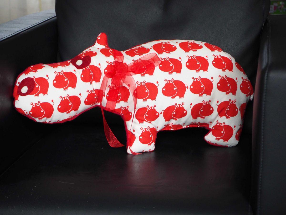 Hippopotame, 55x28cm, tout doux, tissu blanc avec hippo rouges