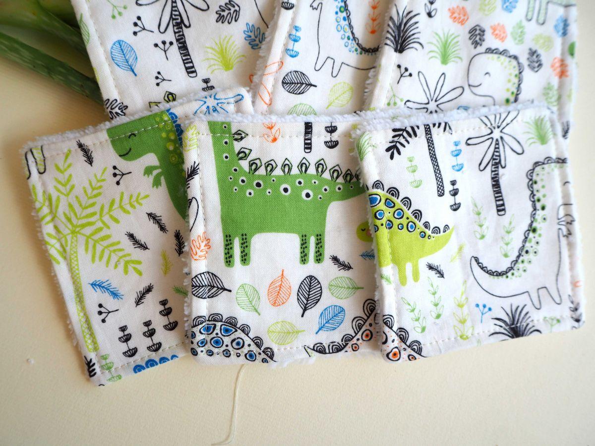 Lingette démaquillante lavable, tissu blanc avec dinosaures