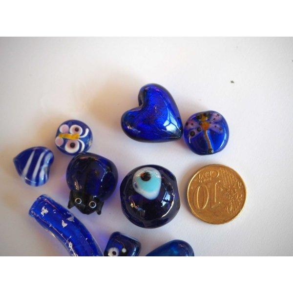 Lot de 10 perles en verre différentes, tons bleu marine avec fleurs à l' intérieur et argent