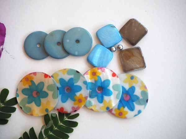 Lot 11 perles NACRE, 30 à 20mm, fleuries et unies, tons turquoise, blanc vert, trou cental